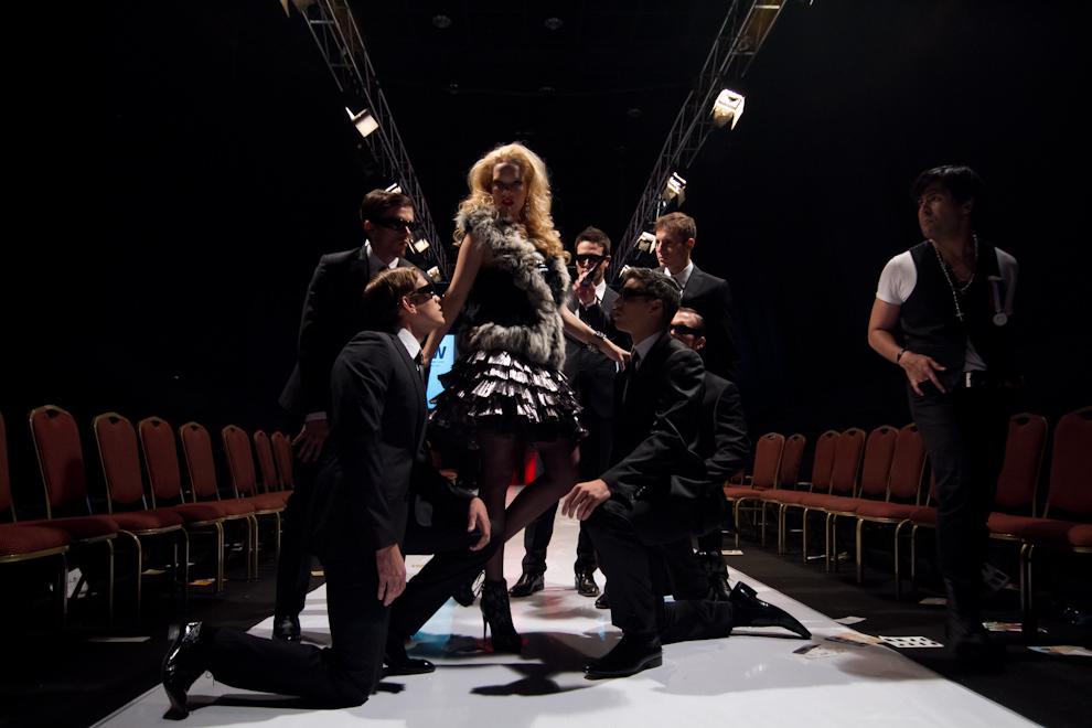 Ana Ortiz y otros modelos practican los últimos detalles para el siguiente desfile, bajo la coordinación de Manuel Yepes. (Tetsu Espósito - Asunción, Paraguay)