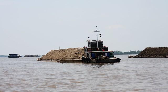 湄公河上的捞沙船