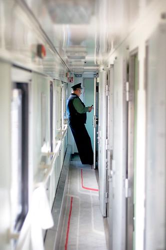 Poolse douanier bij de Pools-Wit Russische grens. (Dennis Wansink) Tags: pet train border poland polen belarus trein customs pl grens douane witrusland terespol