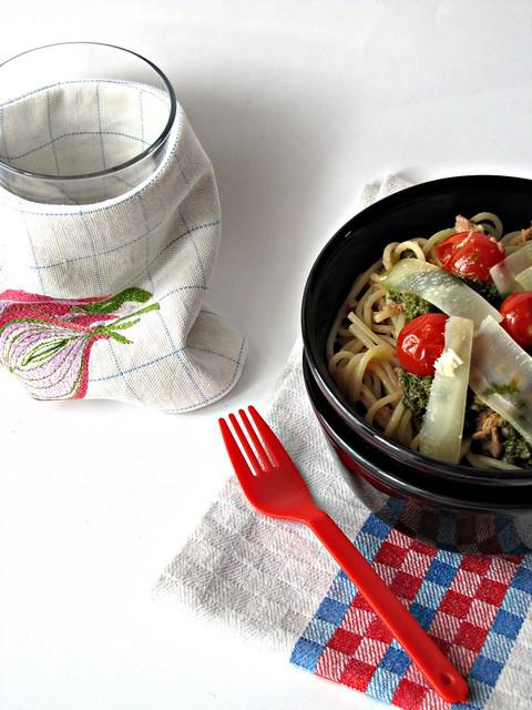 Spaghetti al Tonno e Pomodorini con Scaglie di Parmigiano e Crema di Basilico