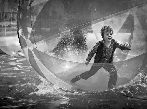 [フリー画像] 人物, 子供, 少年・男の子, モノクロ写真, 201106220700