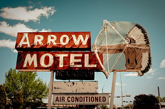 Arrow Motel (TooMuchFire) Tags: signs newmexico typography neon nativeamerican signage neonsigns motels lightroom espanola oldsigns vintagesigns vintagesignage oldmotels canon30d arrowmotel motelsigns signporn oldneonsigns toomuchfire