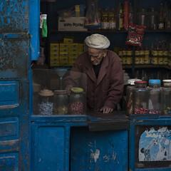 Shop (Julio Lpez Saguar) Tags: segundo juliolpezsaguar urban urbano calle street ciudad city gente people marruecos morocco lemaroc essaouira tienda shop hombre man mercado market anciano oldman