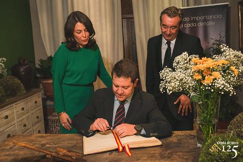 El Presidente Emiliano García Page firmando el libro de honor del restaurante más antiguo de Castilla-La Mancha. Venta de Aires.