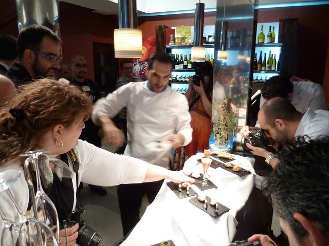 Mario Sandoval presentando las tapas a los bloggers