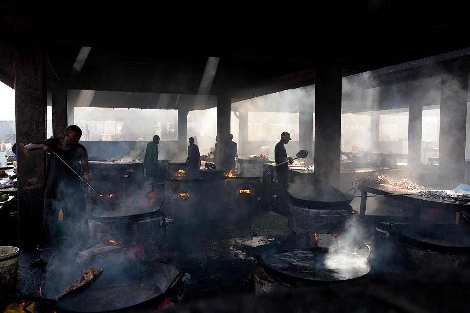 坦桑尼亞炸魚場的人文寫真