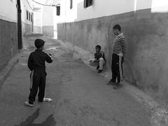 Jeu des billes (agharass) Tags: streetphotography morocco maroc medina enfants rabat jeu jeux morokko photographiederue