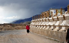 The Stupa Kora of Langtang Dolma Lhakhang, Tibet 2013 (reurinkjan) Tags: 2013 tibetanarchitecture dzachuka songtsengampo བོད་ལྗོངས། ©janreurink tibetanplateauབོད་མཐོ་སྒང་bötogang tibetབོད buddhistསངས་རྒྱས་ཆོས་ལུགས་པ sershulསེར་ཤུལ།county monkགྲྭ་བ།grwaba buddhismསངས་རྒྱས་ཆོས་ལུགས།sangsrgyaschoslugs khamཁམས།easterntibet ༢༠༡༣ khamཁམས་བོད khamsbodkhamwö denkhoksharma architectureཁང་དབྱིབས་བཟོ་རིགས་ཀྱི་ཚན་རིགkhangyipzorikkyitsenrik langtangdolmalhakhangལང་ཏང་དོལ་མ་ལྷ་ཁང་ geomantictemples stupaམཆོད་རྟེན༏mchodrtenchorten monasteryདགོན་པ།གླིང་།dgonpa glinglhakang