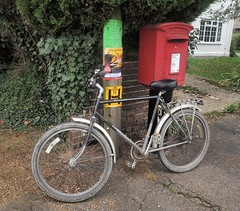 Bike 'n box (Lost-Albion) Tags: postoffice royalmail postbox lu655 dawes totternhoe bedfordshire