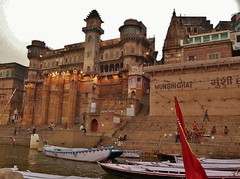 INDIEN, india, Varanasi (Benares) frhmorgends  entlang der Ghats (Munshighat), 14429/7309 (roba66) Tags: varanasibenares indien indiennord asien asia india inde northernindia urlaub reisen travel explore voyages visit tourism roba66 city capital stadt cityscape building architektur architecture arquitetura monument bau fassade faade platz places historie history historic historical geschichte kulturdenkmal benares varanasi ganges ganga ghat pilgerstadt pilger hindu hindui menschen people indianlife indianscene brauchtum tradition kultur culture indiansequence hinduismus munshighat