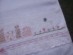 Toalha Banho Alícia (*Sonhos e Retalhos Ateliê*) Tags: flores bebê patchwork menina letras borboletas bordado costura botões alfabeto patchcolagem bordadosamão toalhadebanho apliquê fontesparapatchcolagem