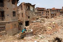 Bhaktapur (Bertrand de Camaret) Tags: nepal asie asia bhaktapur seisme destruction ruine earthquake puits eau water femme woman brique well horizontale ville town
