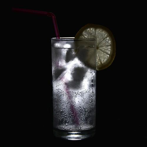 Натюрморт: Прохладная минералка с лимоном
