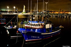 Relucientes. (Howard P. Kepa) Tags: paisvasco euskadi bizkaia santurtzi puertodesanturtzi marcantabrico barcos pesqueros virgendelcarmen boyas farolas noche