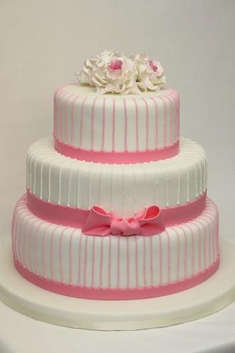 3 Stockige Hochzeitstorte Cremeweiss Und Pink Mit Rosen Und Schleife