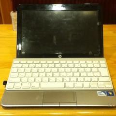 ノートPCのキーボードが壊れたので、AppleWirelessKeyboardを使っているの図。横幅がちょうどぴったり。( ´ ▽ ` )ノ