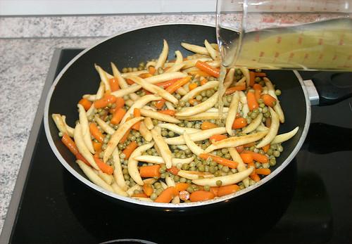20 - Erbsen & Möhren rein und Gemüsebrühe aufgießen