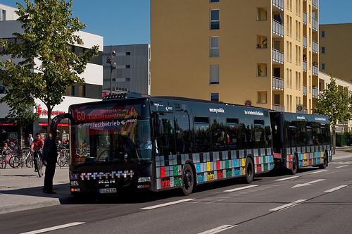 Bus und Anhänger verneigen sich an der Dülferstraße