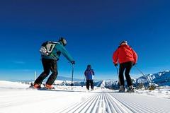 Dítě lyžař mezi dospělými