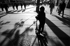 scooter (lucky5.1) Tags: boy people bw backlight munich mnchen scooter sw 24mm gegenlicht