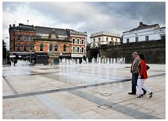 Shipquay Place, Derry (Londonderry) Irlanda del Norte (Co. Derry) (MANUELup) Tags: plaza ireland people fountain del canon pub gente walk fuente paseo londonderry northern derry norte irlanda 1729 400d shipquay