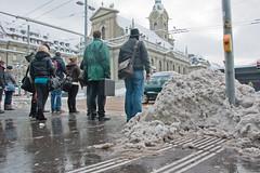 Taktile Leitlinien führen direkt in den Schneehaufen