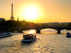 parisian sunset - ( explored ) (mujepa) Tags: bridge sunset paris seine boat eiffeltower toureiffel pont coucherdesoleil bateaumouche