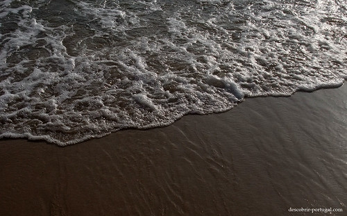 A agua é limpa e clara