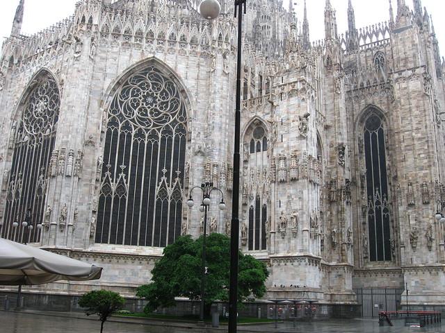 ミラノの大聖堂の側面のフリー写真素材