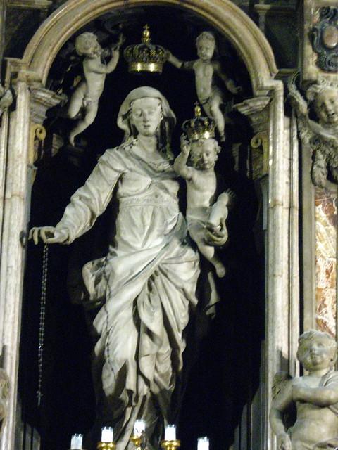 ミラノの大聖堂の女神像のフリー写真素材