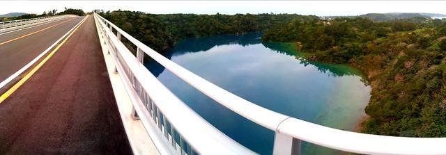 運天から屋我地島に渡るワルミ大橋(12月開通)初渡り。高さと不思議な青の海に驚いた。
