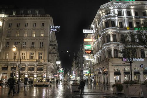 Kärntner Strasse night view. Vienna. Vista nocturna de Kärntner Strasse. Viena