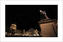 cour Napoléon (temps de pause) Tags: paris statue louvre nuit pyramide pei statueéquestrelouisxiv