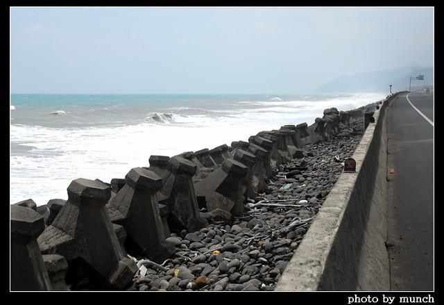 為了保護海邊道路,很快會岸邊會填上消波塊,就像傳統濱海道路的防護工程一樣,海岸成為圍上水泥巨石軍團。攝影:munch。