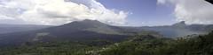 Panorama du lac Batur et de son volcan.