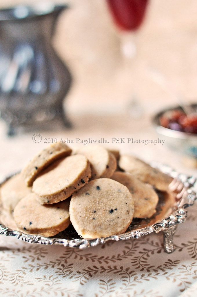 Cracked Pepper and Parmesan Crackers close