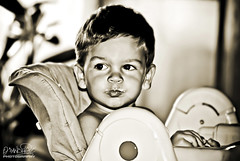 Breakfast Time (Oscar.vng) Tags: portrait bw byn blancoynegro face sepia breakfast canon vintage photography eos photo blackwhite kid eyes chair foto little retrato cara sigma bn ojos silla fotografia desayuno nio 70200 littlekid pequeo telezoom trona tonned sigma7020028 400d niopequeo oscarvng