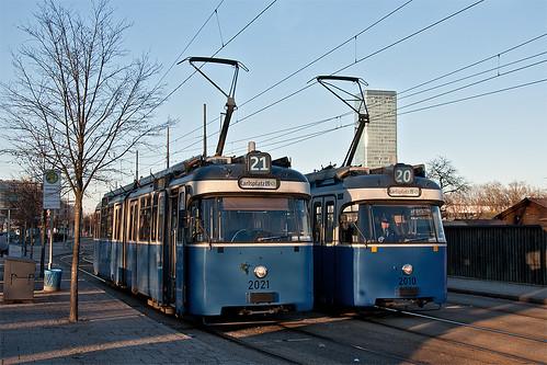Während Solowagen 2021 einige Zeit am Westfriedhof wartet, röhrt der von 2010 geführte P-Zug in Richtung Stachus
