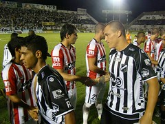 Leandro e Pio cumprimentam adversrios (abcfc) Tags: soccer internacional abc futebol joopaulo riverplate uruguai amistoso frasqueira ricardooliveira frasqueiro tiagogara