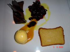 Pastel de chocolate con bizcocho de almendras, helado de mascarpone y vainilla con cereza en compota