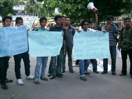 5282278620 799934d7f8 Aksi Keprihatinan Mahasiswa Tuntut Penyelesaian Atas Kebobrokan Kampus UMTS