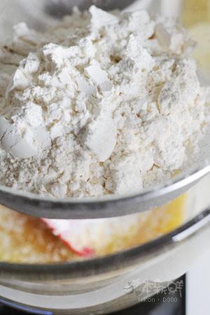 低筋麵粉和泡打粉,過篩
