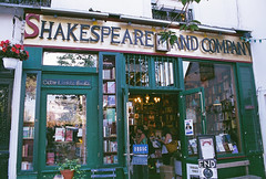 shakespeare & co (pearled) Tags: paris 35mm shakespeare books citylights bookshop shakespeareco beatgeneration canoneos300