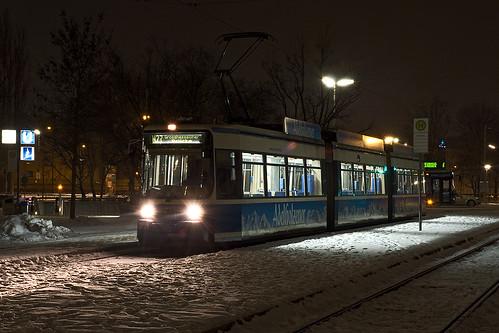 Nachtwagen 2129 wartet am Petuelring auf die Abfahrt zur Großhesseloher Brücke