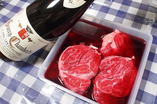 肉を赤ワインでマリネする