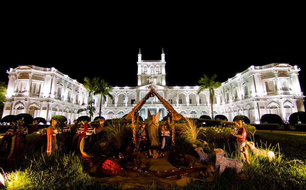 En diciembre recorrimos las ciudades buscando escenas de la llegada de las fiestas por Navidad y Año nuevo. Un gran pesebre se exhibe frente al imponente Palacio de López, también llamado Palacio de Gobierno, todo un símbolo de la ciudad de Asunción. (Tetsu Espósito - Asunción, Paraguay)