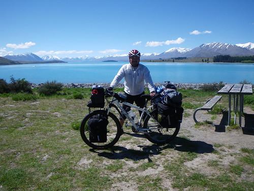 ニュージーランドで最も有名な湖、レイク・テカポにて