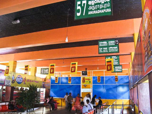 Внутри автобусной станции в Коломбо