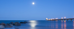 full moon over the Baltic Sea (kalakeli) Tags: vollmond fullmoon mond moon august 2016 grmitz ostsee balticsea langzeitbelichtung longexposure blauestunde bluehour buhnen tauchgondel tauchgondelgrmitz wasser water blue blau reflektionen reflections