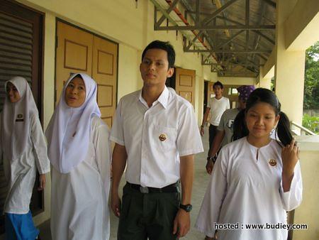 Pelajar baru Irfan (Ryzal Jaafar) menjadi tumpuan di sekolah